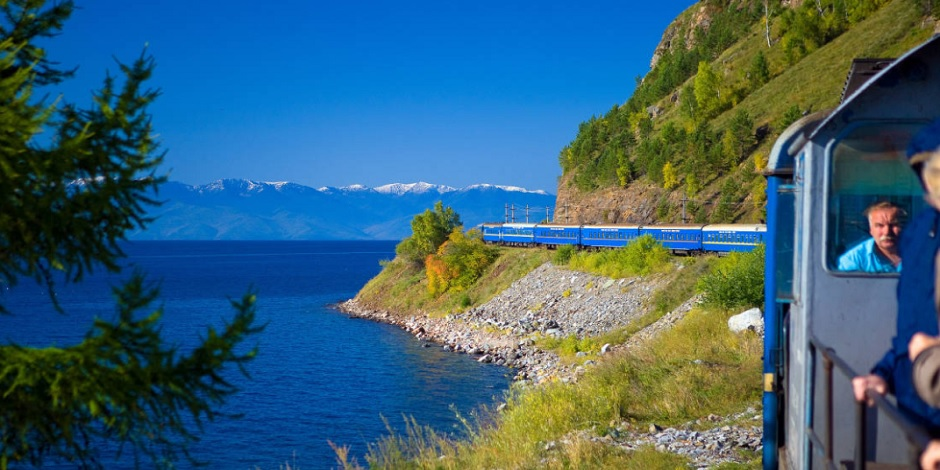 Train-Golden-Eagle-au-bord-du-Lac-Baikal